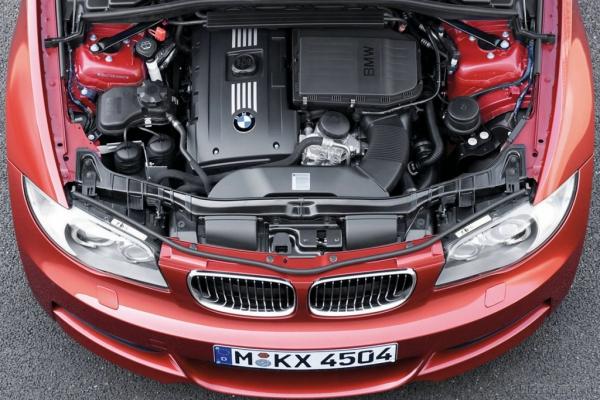 Дама в очках и с ружьем в автомобиле / Тест-Драйв BMW 1 series