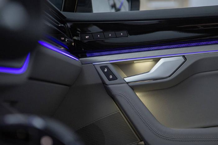VW обнародовал новый тизер джипа Touareg