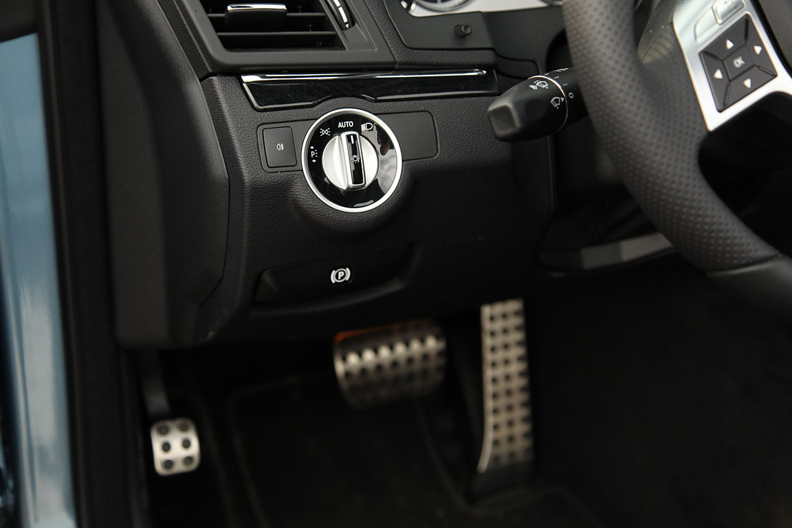 Mercedes-Benz E-class сabrio: у прохожих на виду