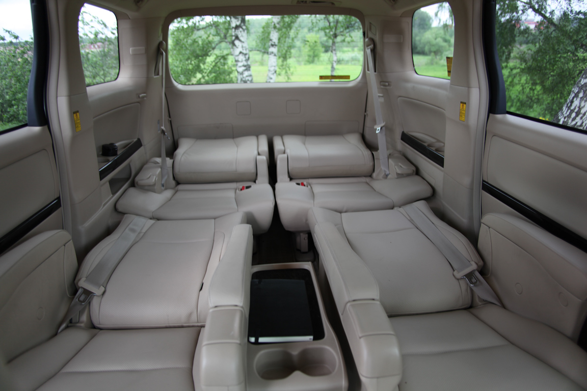 Toyota Alphard: Сухопутный лайнер