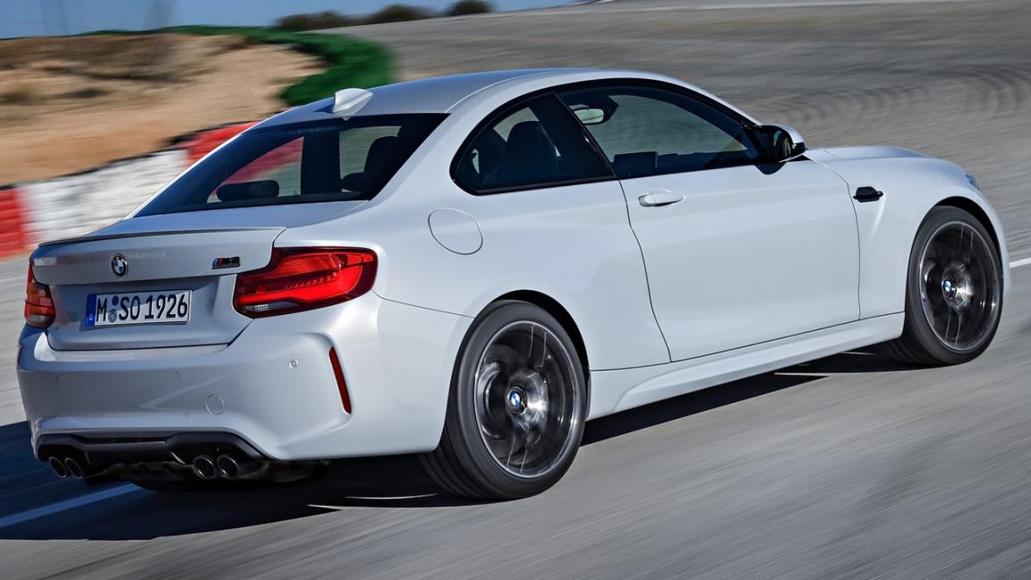 Официальные дилеры марки BMW, с 1 июля начнут прием заказов на самую мощную версию купе — M2 Competition. Цена с «механикой» — от 4 290 000 рублей, с семиступенчатым «роботом» — от 4 622 000 рублей. Под капотом установлен битурбомотор 3.0 (410 л.с. и 550 Н•м), такой же, как у BMW M4. Разгон 0-100 — 4,4 с, с «роботом» — 4,2 с, максималка ограничена на отметке 250 км/ч, за доплату есть спорт-пакет «M Driver's Package», с ним купе разгоняется до 280 км/ч.В оснащении усиленные тормоза, более жесткая подвеска, аэродинамический обвес кузова, 19-дюймовые кованые колеса. Опционно есть пакет «M Special» тут камера заднего вида, система бесключевого доступа, кресла с электрорегулировками и аудиосистема Harman Kardon, цена доп-пакета — BMW M2 Competition