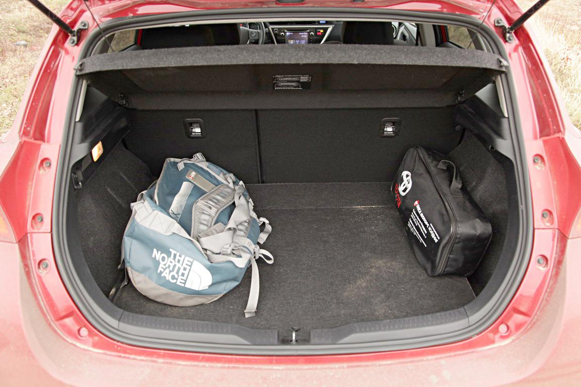 Багажник у Toyota Auris не самый большой в классе – 360 литров. Для пары сумок или чемодана этого объема вполне достаточно. Ко всему прочему объем багажного пространства можно увеличить, сложив спинки заднего ряда. При этом пол получается практически ровным